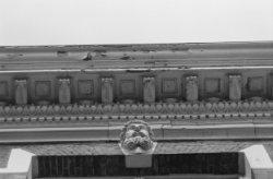 Herengracht 6, mannenkop net onder de daklijst