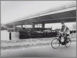 De nieuwe brug over de Amstel ter hoogte van het Amstelpark
