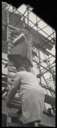 Singel 11, Ronde Lutherse Kerk, fotografen van De Arbeiderspers beklimmen steige…