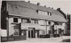 De woonhuizen De la Reijstraat 17-23 (v.l.n.r.), in 1920 gebouwd naar ontwerp va…