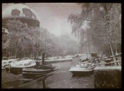 Winterfeest Singel. Een stoomsleepboot tussen ijsschotsen in het Singel voor nr.…