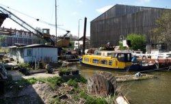 Houthaven met rechts een gedeelte van een houtloods op het terrein van RIGA Hout…