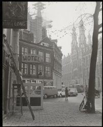Nieuwezijds Voorburgwal bij Gravenstraat, gezien naar het Hoofdpostkantoor