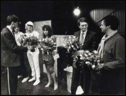 Bloemen voor Remco Campert (tweede van rechts) en leden van het Werktheater na a…