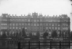 Het Amstel Hotel, Prof. Tulpplein 1, gezien vanaf de Sarphatikade met op de voor…
