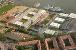 Luchtfoto Stavangerweg (Havens-West), gezien naar de Houthaven in het IJ. Studen…