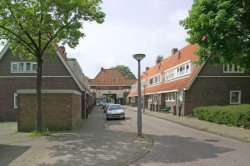 Avenhornstraat 25-39 (rechts, v.l.n.r.), gezien vanaf Edammerstraat