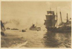 Het Afgesloten IJ met een vrachtschip en passagiersschip aan de Oostelijke Hande…