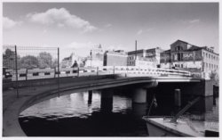 De nieuwe voetgangersbrug, de zogeheten Bajesbrug (brugnummer 1922) bij het Leid…