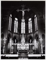 Interieur van de rooms-katholieke Sint Bonifatiuskerk met het hoofdaltaar van J.…