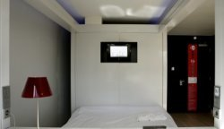 Interieuropname van een hotelkamer van het Qbic Hotel Amsterdam WTC, Strawinskyl…