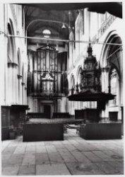 Nieuwe Kerk. Het interieur van de Nieuwe Kerk met gezicht op het orgel met recht…