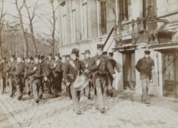 Militairen marcheren over een gracht