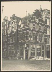 Amstel 54, café 't Hoekje. Links Halvemaansteeg 2-4 (v.r.n.l.)