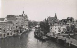 Binnen Amstel gezien naar Kloveniersburgwal, links  achterzijde Nieuwe Doelenstr…