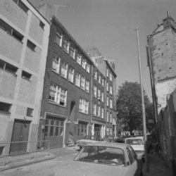 Oude Looiersstraat 2 - 10 (ged.) v.r.n.l. met aansluitend rechts de zijgevel van…