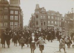 Een groep politieagenten marcheert over Brug 2 naar het Koningsplein, gezien naa…