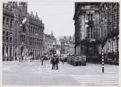 Erewacht voor de achterzijde van het Koninklijk Paleis, Nieuwezijds Voorburgwal …