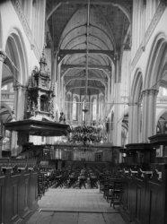 Nieuwezijds Voorburgwal 143, Nieuwe Kerk, middenschip met preekstoel en koorhek
