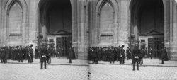 Drukte voor de ingang van de Nieuwe kerk, Nieuwezijds Voorburgwal 143