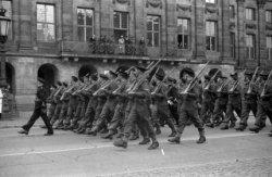 Defilé van het Royal Canadian Regiment voor het Koninklijk Paleis op de Dam, op …