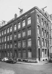 Haarlemmer Houttuinen 12 en rechts  Buiten Brouwersstraat 2