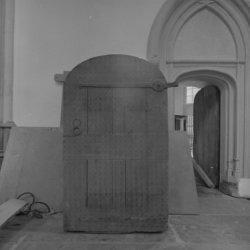 Dam 12, Nieuwe Kerk, interieur met gedemonteerde deur. Ommezijde van BMAB0003100…
