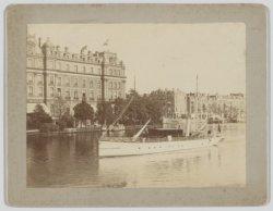 Stoomschip in de Amstel voor het Amstel Hotel, Prof. Tulpplein 1