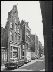 Keizersstraat 21 - 29 met rechts aansluitend de zijgevel van Krom Boomssloot 22