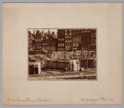 De Halvemaansbrug over de Binnen Amstel in aanbouw