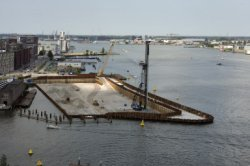 Bouwput van het IJDock complex tussen Afgesloten IJ en links Westerdoksdijk