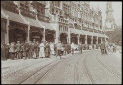 Een groep mensen in de Raadhuisstraat ter hoogte van nummer 55