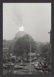 Brand in de koepel van de Ronde Lutherse Kerk, Singel 11, gezien vanaf gebouw Dr…
