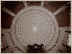 De koepel van de ronde Lutherse Kerk op Singel 11 met een deel van het orgel