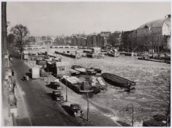 Amstelsluizen in de Amstel en rechts  theater Carré, Amstel 115-125