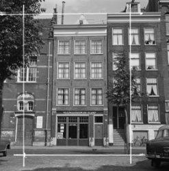 Elandsgracht 66 - 70 (ged.) v.r.n.l., met op nummer 68 Veilinggebouw 'De Eland'