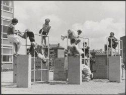 Aalbersestraat 57, beeldhouwwerken als speeltoestellen bij de Sam van Houtenscho…