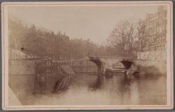 Gezicht op de ingestorte brug in de Keizersgracht voor de Leidsegracht (brug 46)