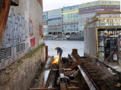 Laswerkzaamheden aan de funderingen aan de Van Diemenkade gezien naar de Oude Ho…