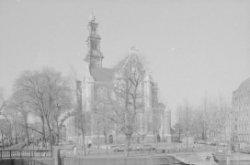 Westermarkt. Westerkerk vanaf Keizersgracht. Op de voorgrond het Homomonument