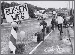 Protestactie tegen het parkeren van touringcars op de fietspaden op het Museumpl…