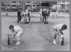 Spelencircuit op het Zaandammerplein in de speeltuin. Op de achtergrond het scho…