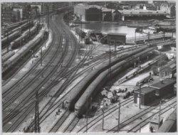 Vogelvlucht van de treinsporen op het Westelijke Stationseiland met treinstellen…