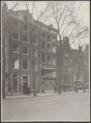 Nieuwezijds Voorburgwal 304-310 (v.r.n.l.). Rechts de ingang van de Rosmarijnste…