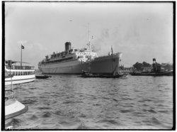 Afgesloten IJ. Het passagiersschip de Oranje tijdens haar eerste tocht over het …