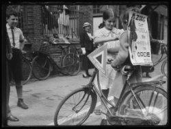Actie van Veilig Verkeer met een bord met het opschrift: 'Zorg dat Bel en Rem in…