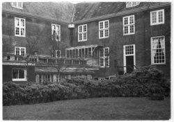 Amstel 51, Diaconie Oude Vrouwenhuis, hoek van het hof met aanbouwsels
