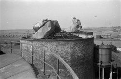 Herstelwerkzaamheden in de Petroleumhaven, gefotografeerd voor Bianchi, 28 augus…