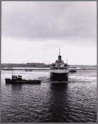 De tanker m.s. Kaap Hoorn wordt in de Nieuwe Houthaven  door 2 sleepboten gedraa…