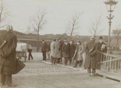 Arbeiders hebben zich verzameld bij de brug over de Oosterdokstoegang onder toez…
